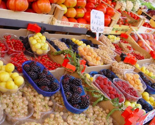 fruta variada en un supermercado freeimages