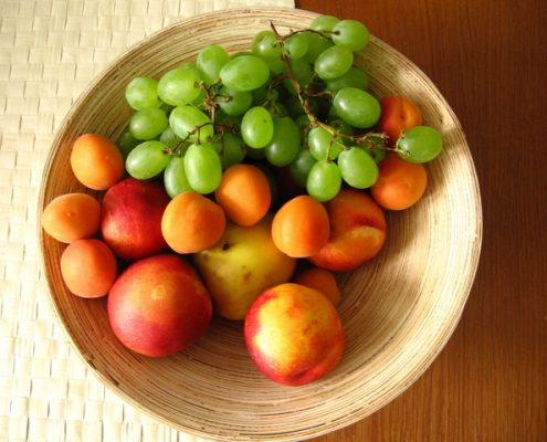 Plato con fruta variada. Imagen: FreeImages.com/Michal Bierzgalski