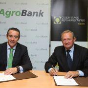 Firma del convenio entre Caixa Bank y Cooperativas Agroalimentarias. Imagen: Cooperativas Agroalimentarias.