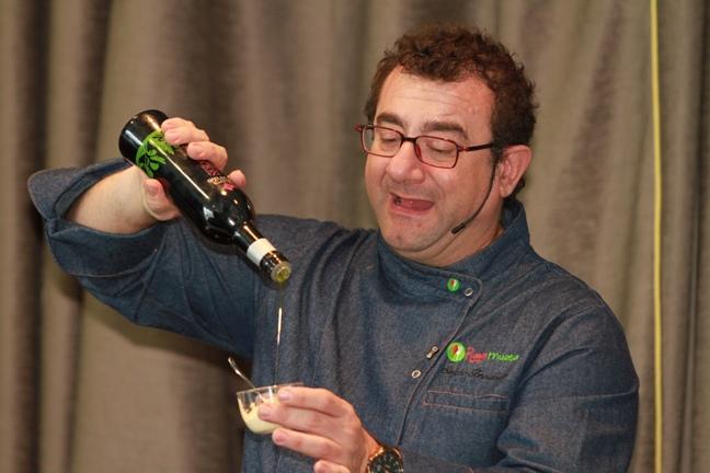 El chef Sergio Fernández elabora una de sus creaciones con AOVE de la D.O. Sierra de Segura.