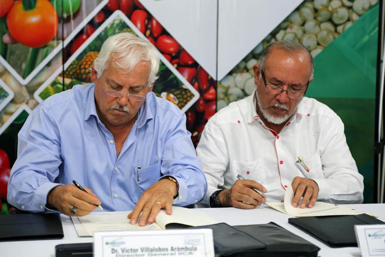 Signing of the agreement between the Director General of IICA and the Salvadoran Minister of Agriculture (right).