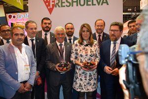 Susana Díaz, en el stand de Freshuelva en Fruit Attraction.