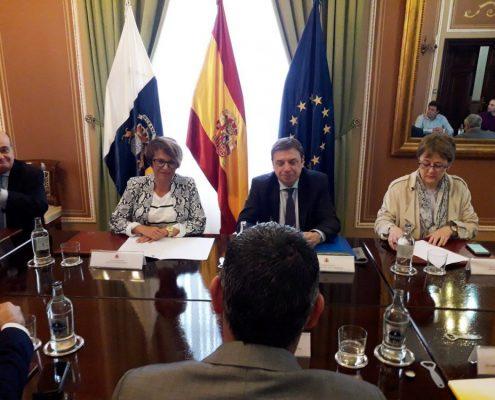 Luis Planas junto a representantes del sector del plátano de Canariass